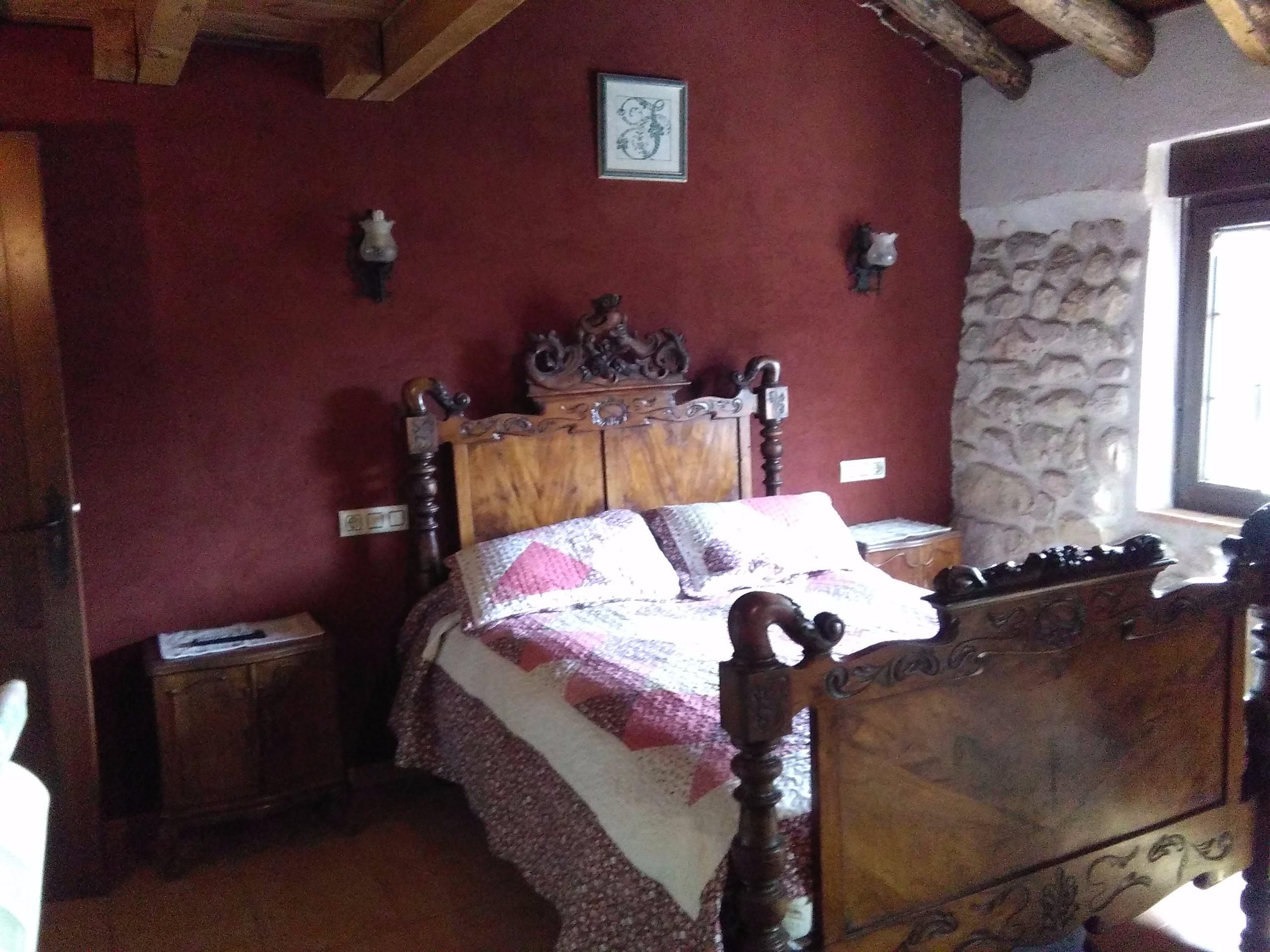 Las mejores casas rurales en segovia con jacuzzi para una for Dormitorio granate