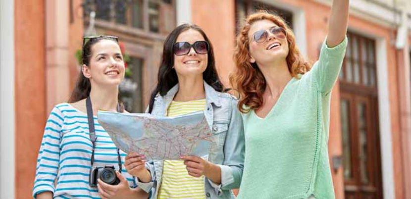 turistas haciendo visita con guías oficiales de turismo