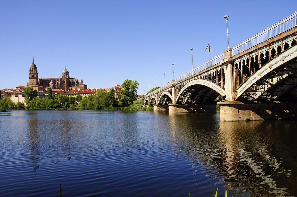 vista de Salamanca desde puente turismo en Castilla y León